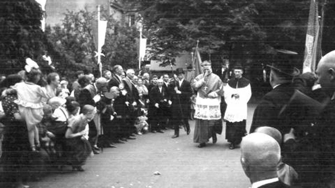 Bischof Clemens August von Galen in fröhlicher Stimmung vor einer Firmung in Goch im 1937.