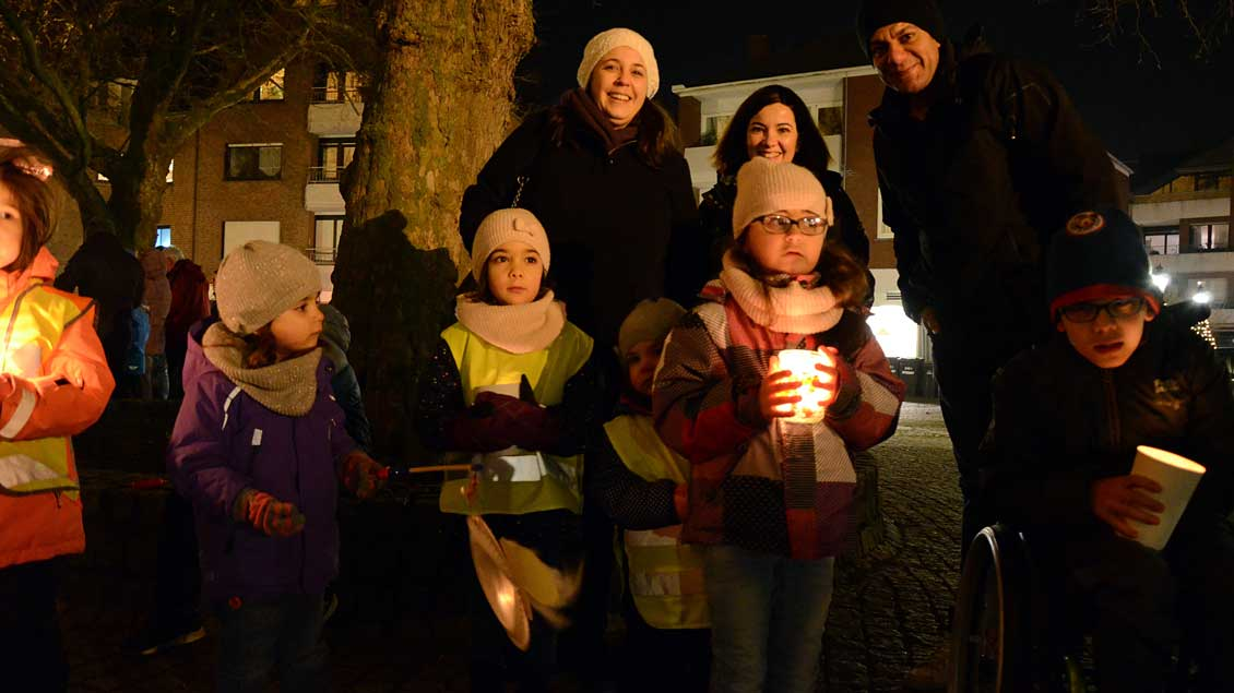 Mehr als 200 Neuenkirchener bildeten eine Lichterkette.