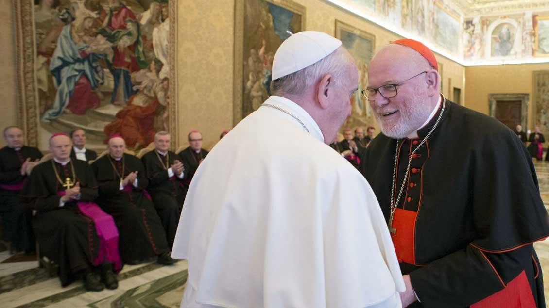 Kardinal Reinhard Marx mit Papst Franziskus, hier beim Besuch aller deutschen Bischöfe im November 2015 im Vatikan. Foto: KNA