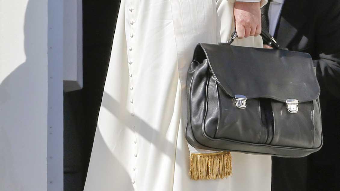 Die schwarze Aktentasche von Papst Franziskus.