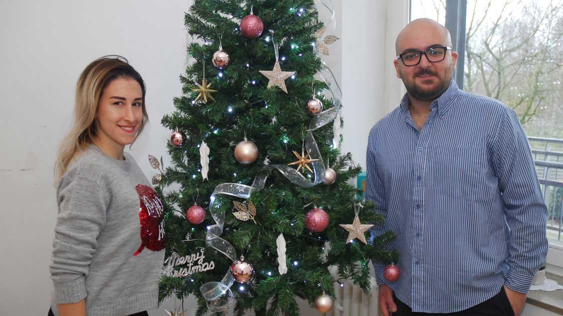 Valley Hamsi (links) und Antoine Hallag vor ihrem Tannenbaum in der Xantener Wohnung.