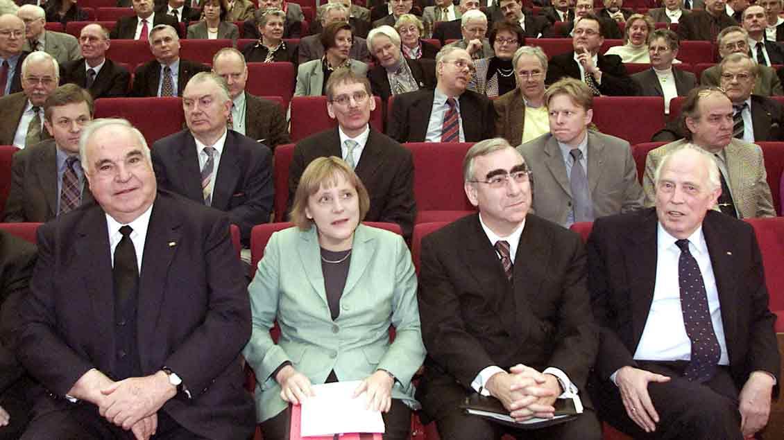 Hans Tietmeyer (ganz rechts) war als Präsident der Deutschen Bundesbank eine prägende Persönlichkeit. Das Bild zeigt ihn im Jahr 2002 mit Helmut Kohl, Angela Merkel und Theo Waigel.