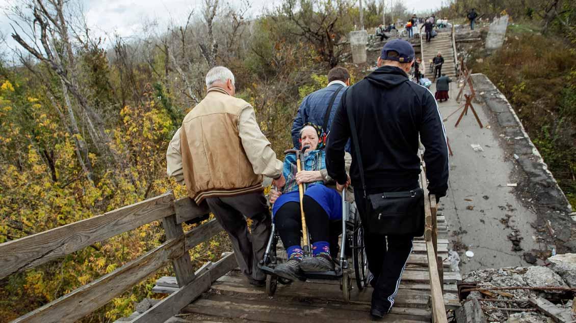 Menschen fliehen aus dem Gebiet der Frontlinie zwischen pro-russischen Rebellen und Truppen der ukrainischen Armee.