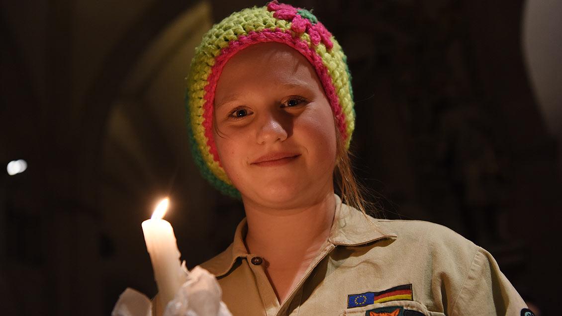 Carolina Bruns stellt das Friedenslicht in der St.-Pankratius-Kirche im heimischen Rinkerode auf. Foto: Michael Bönte