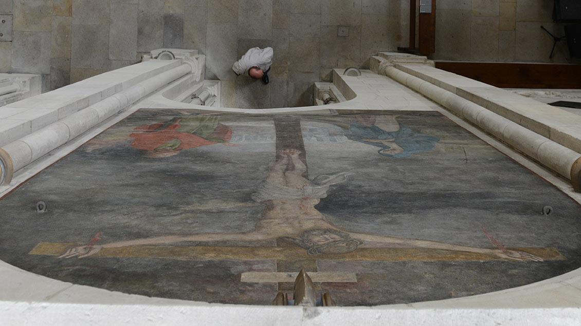 Kreuzigungsdarstellung über dem Ausgang zur Sakristei.
