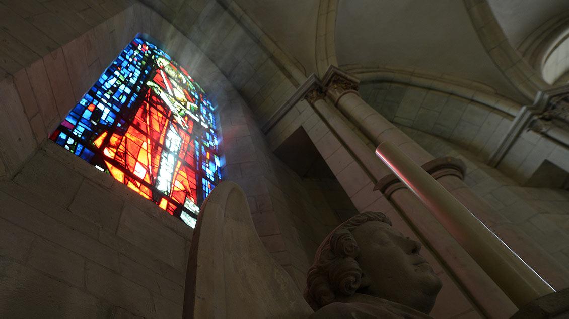 Paulusfenster über dem Chorumgang des Doms.