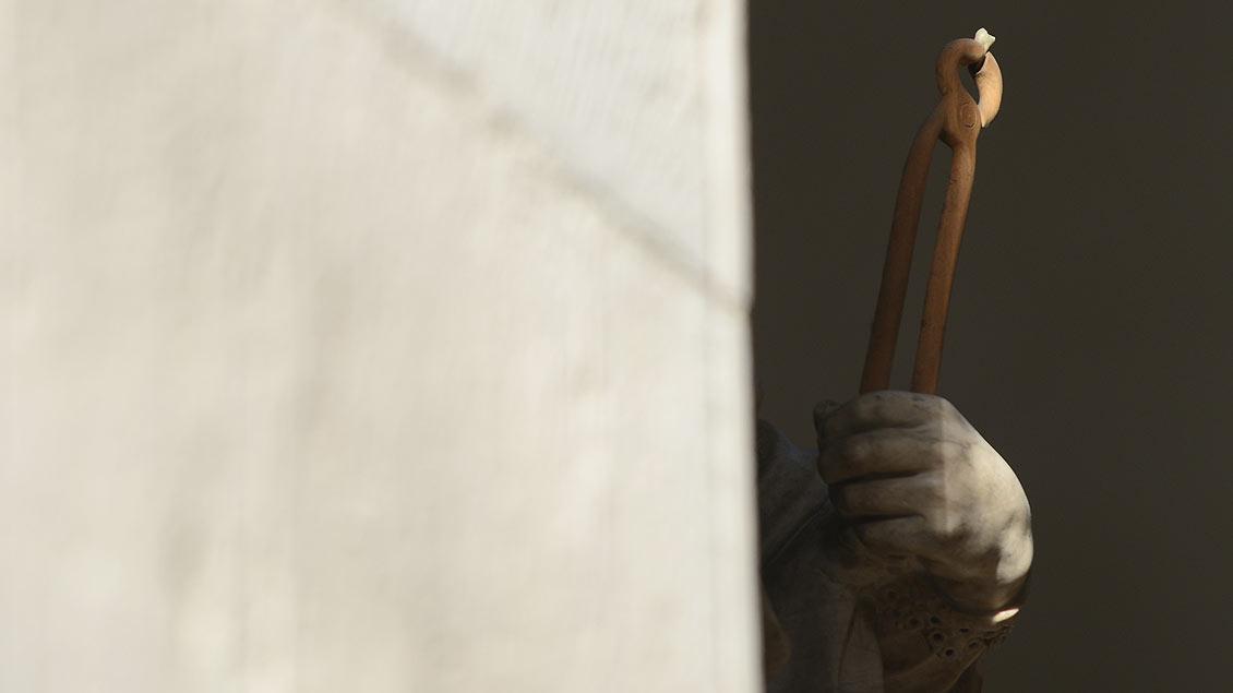 Schutzheilige der Zahnmediziner am Westchor: Die Hand der heiligen Apolloina.