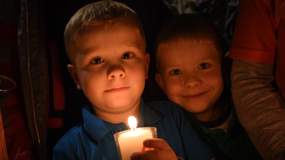 """Clas Dunker nimmt das Friedenslicht mit in seinen Kindergarten """"Am Akazienweg"""" in Bochholt. Foto: Michael Bönte"""