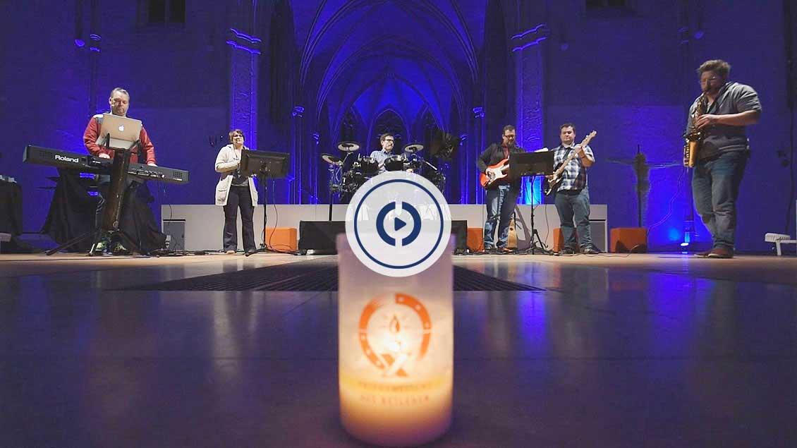 Ein Lied zur Begrüßung des Friedenslichts im Bistum spielt die efftata[!]-Band aus Münster.
