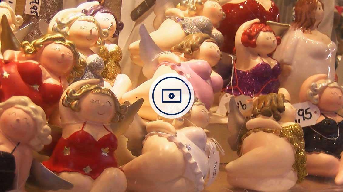 Engelsfiguren auf dem Weihnachtsmarkt