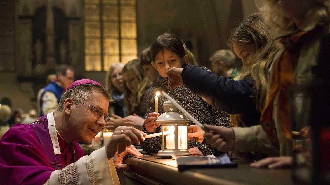 Weihbischof Stefan Zekorn bei der bistumsweiten Aussendungsfeier des Friedenslichts 2015 im Dom in Münster.