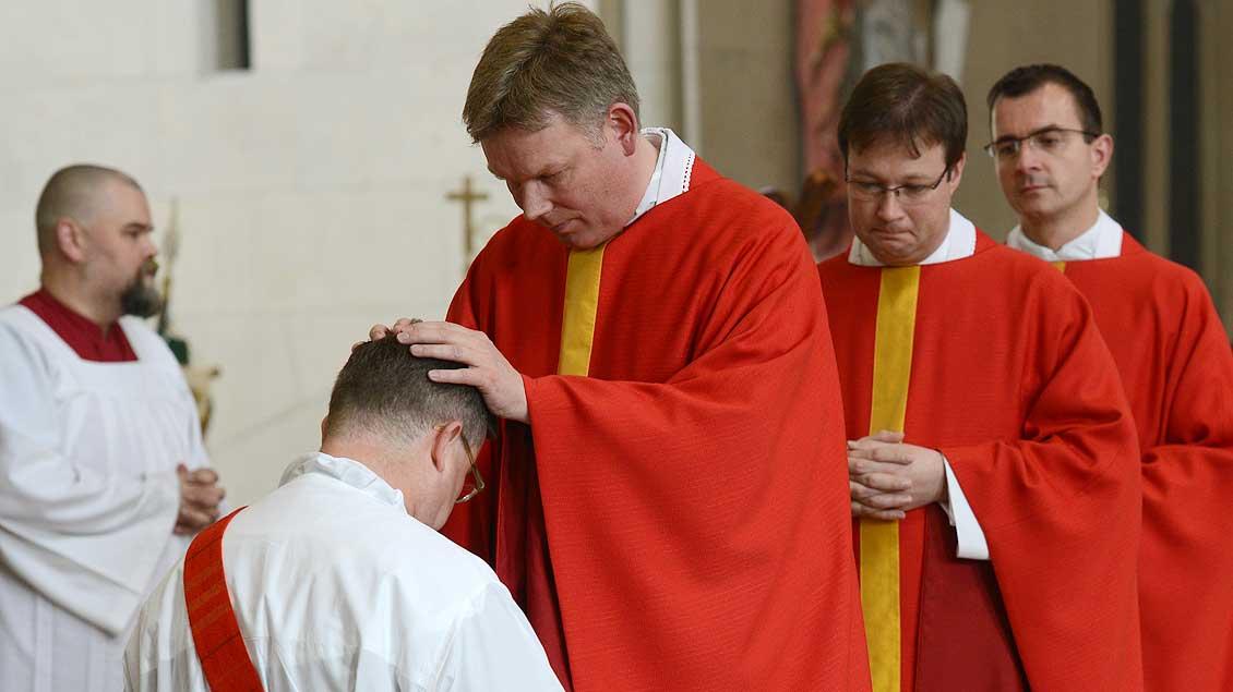 Handauflegung bei der Priesterweihe – hier durch den Leiter der Priesterausbildung im Bistum Münster, Regens Hartmut Niehues.