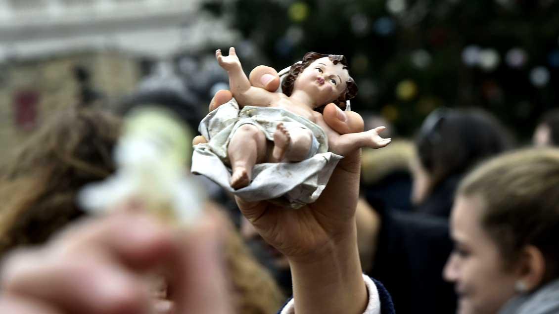 Papst Franziskus hat am 11. Dezember 2016 in Rom tausende Krippenfiguren gesegnet, darunter auch dieses Jesuskind.