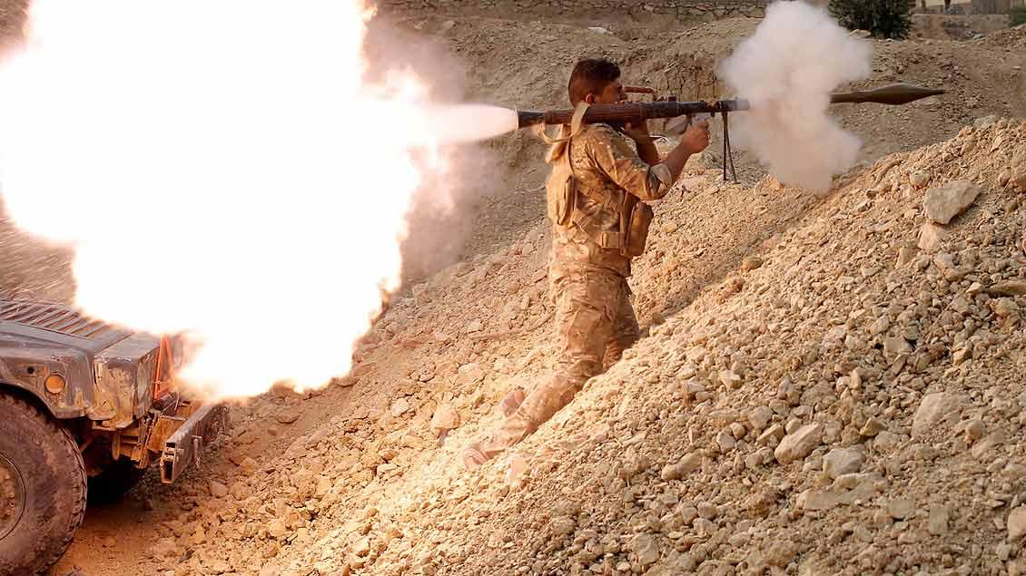 Ein irakischer Soldat feuert nahe Mossul eine Granate ab