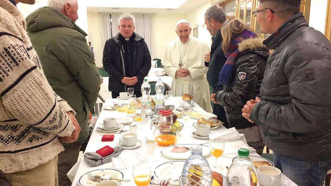 Papst Franziskus mit Obdachlosen
