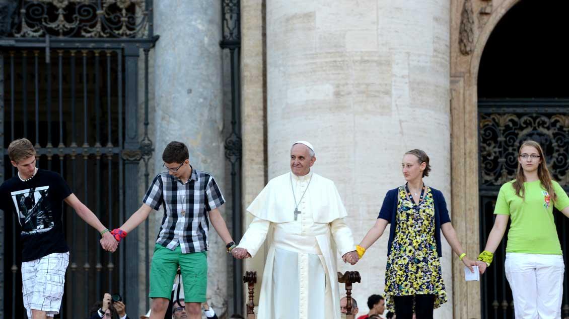 Papst Franziskus Hand in Hand mit Jugendlichen während der deutschen Ministrantenwallfahrt 2014 auf dem Petersplatz. Foto: Michael Bönte