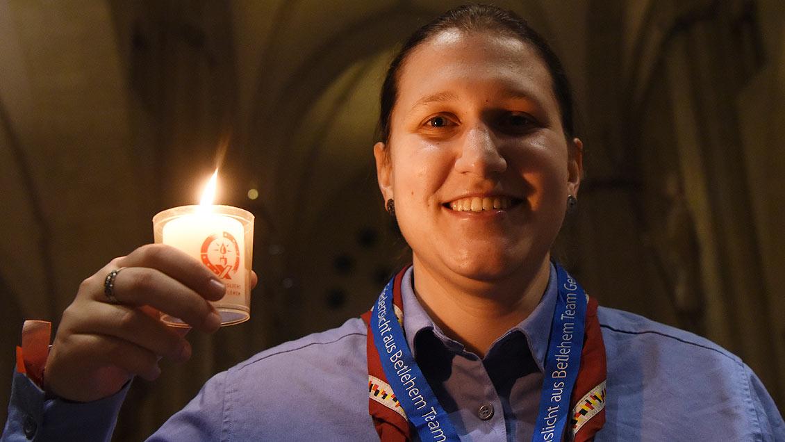 Ylva Pössinger vom Bundesvorstand der Pfadfinderinnenschaft St. Georg (PSG) nimmt das Friedenslicht mit zur Adventsfeier im Düsseldorfer Jugendhaus. Foto: Michael Bönte