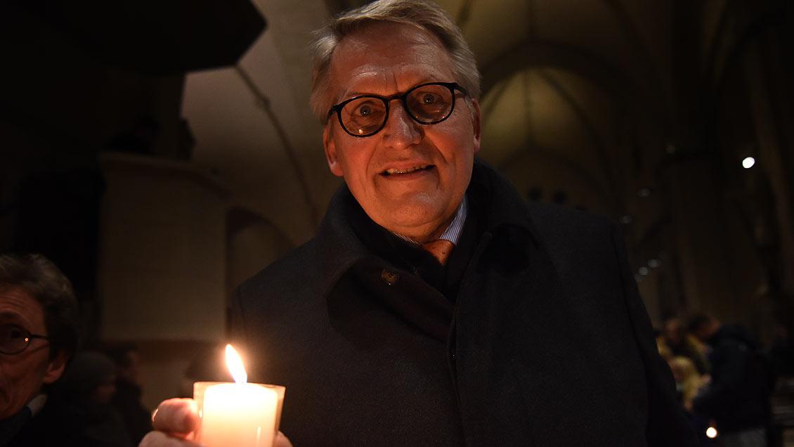 ZDK-Präsident Thomas Sternberg nimmt das Friedenslicht mit in sein Büro nach Bonn, wo es einen Platz auf seinem Schreibtisch finden wird. Foto: Michael Bönte