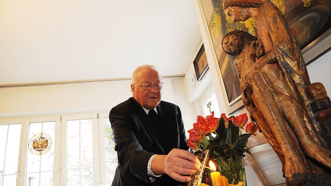 Richard Schulte Staade in seiner Wohnung in Wesel. | Foto: Michael Bönte