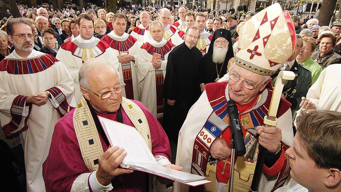 Richard Schulte Staade mit Kardinal Adrianus Simonis beim Schließen der Pilgerpforte in Kevelaer im Jahr 2005. | Foto: Archiv
