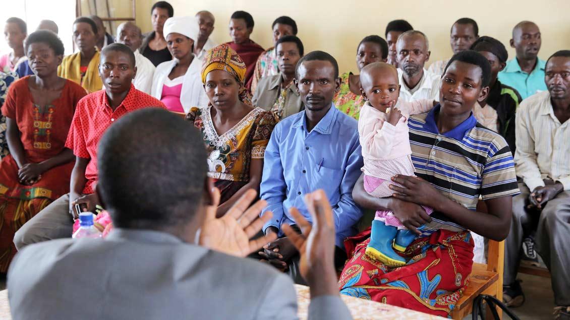 Ein Priester in Ruanda in einem Seminar zur friedlichen Konfliktlösung.