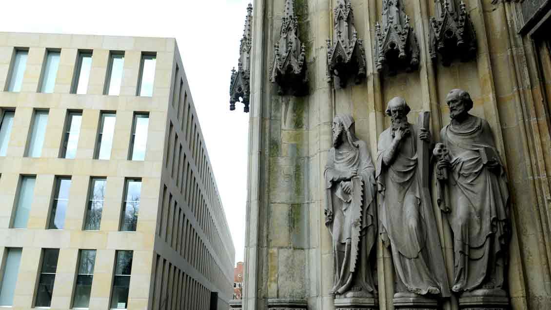 In der Diözesanbibliothek an der Überwasserkirche in Münster (unser Bild) ist in Kooperation mit dem Bibelmuseum der Universität Münster die Ausstellung zu sehen.