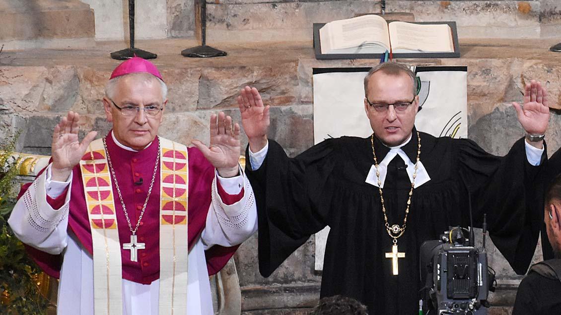 Bischof Heinrich Timmerevers (links) und der evangelische Bischof Carsten Rentzing Foto: epd