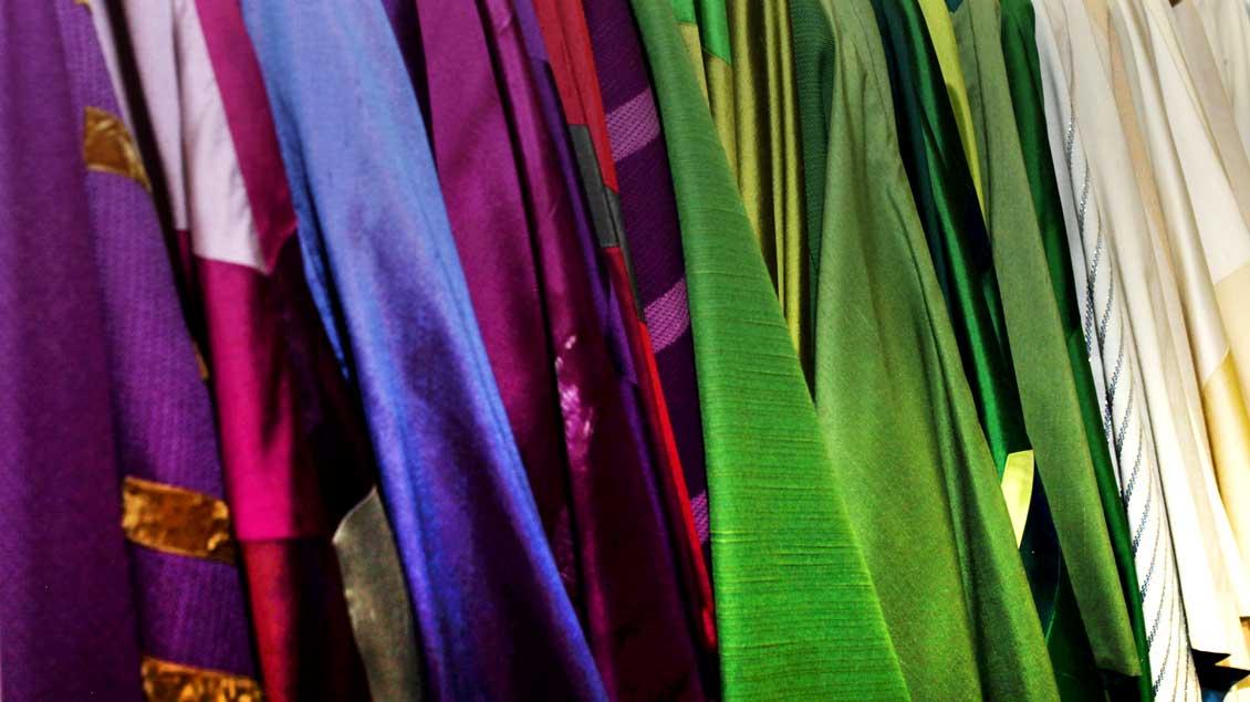 Weiß, violett, rot, und grün: die Hauptfarben der Gewänder in der Liturgie. Mitunter gibt es auch schwarze bei Beerdigungen, blaue bei Marienfesten und rosafarbene am 3. Advent und 4. Fastensonntag.