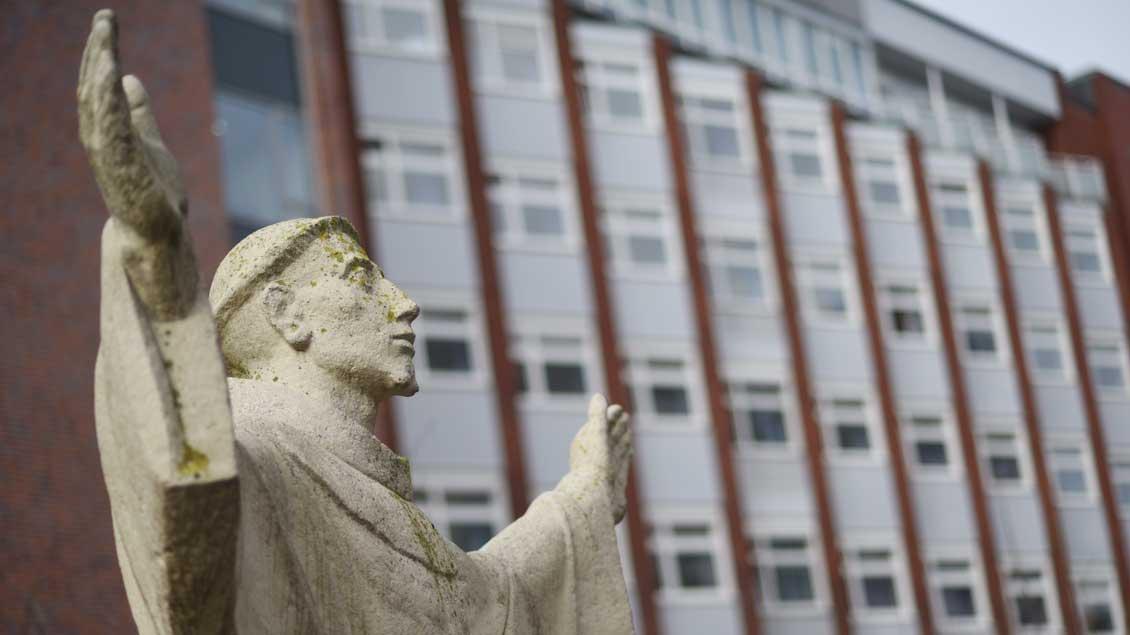 Ausstrahlung: Statue des heiligen Franziskus vor dem Haupteingang des St.-Franziskus-Hospitals in Münster.