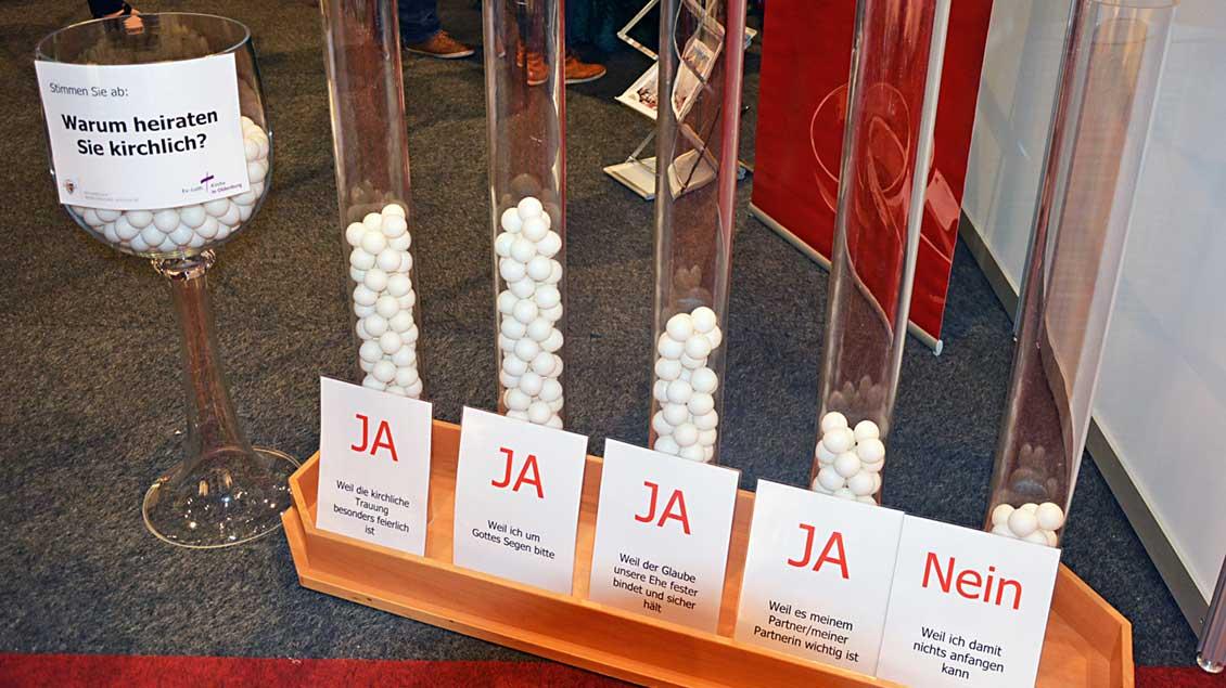 """""""Warum heiraten Sie kirchlich?"""" lautet die Frage am Kirchenstand bei der Hochzeitsmesse am vergangenen Wochenende in der Oldenburger Weser-Ems-Halle."""