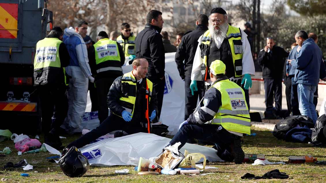 Hilfskräfte am Ort des mutmaßlichen Anschlags in Jerusalem.