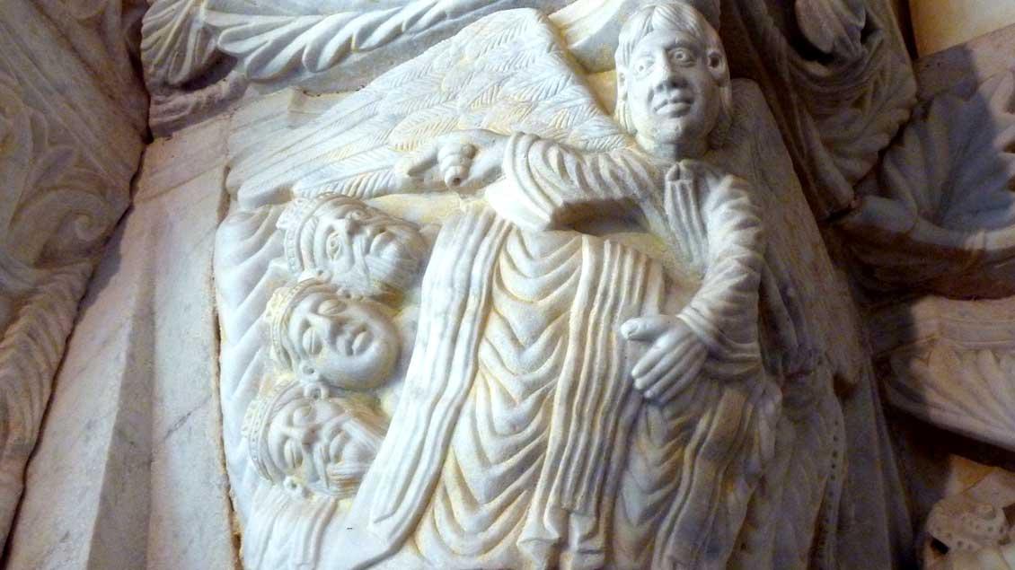 Unter einer Decke steckend wird den Heiligen Drei Königen im Traum von einem Engel ein anderer Rückweg in die Heimat gezeigt: Kapitell im Kreuzgang der Kathedrale von Tarragona (Spanien).