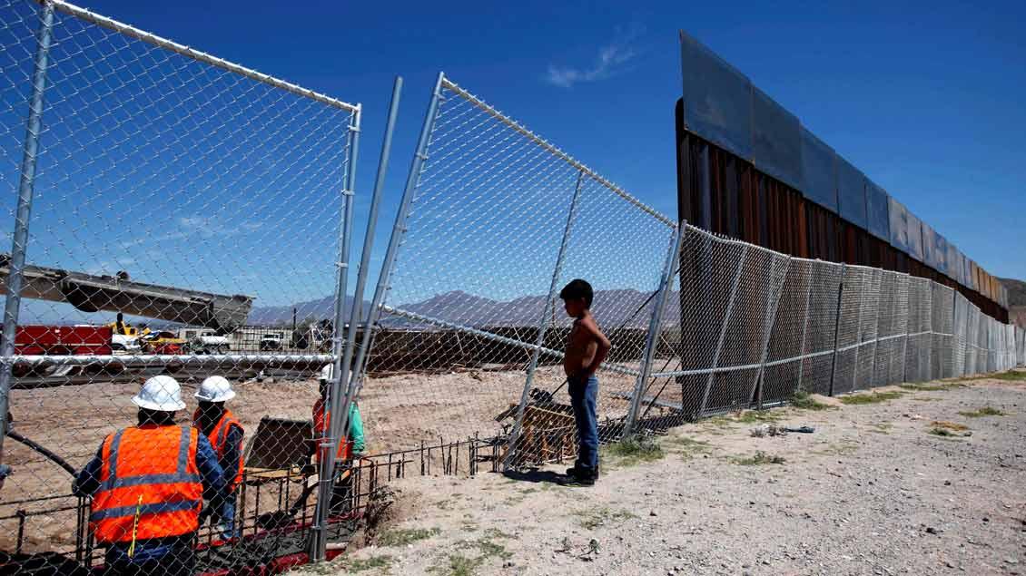 Ein Junge blickt von der mexikanischen Seite auf die Errichtung eines Grenzzauns zu den USA (Foto vom September 2016). US-Präsident Donald Trump hat nun angeordnet, eine massive Mauer zwischen beiden Ländern zu bauen.