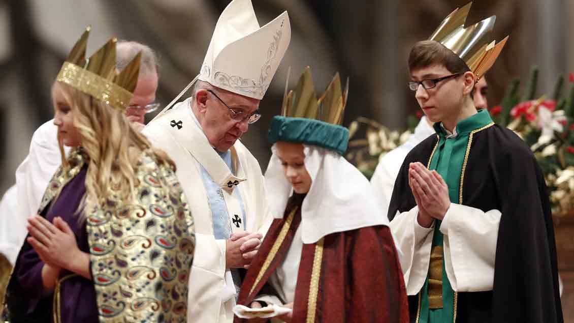Papst Franziskus begegnete in der Neujahrsmesse 2017 im Petersdom auch einigen Sternsingern.