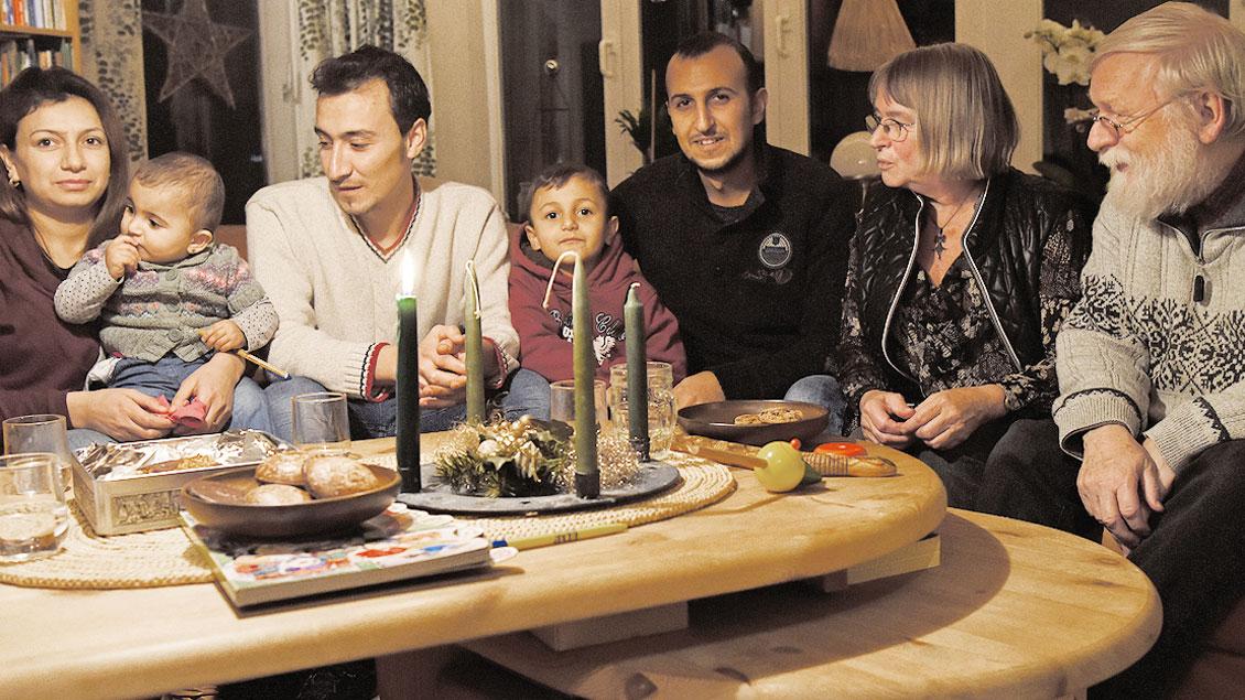 Rudolf und Hedwig Fischer (rechts) am Wohnzimmertisch mit der Familie Hassan.