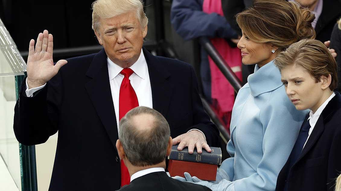 Donald Trumps linke Hand ruhte beim Amtseid auf zwei Bibeln.