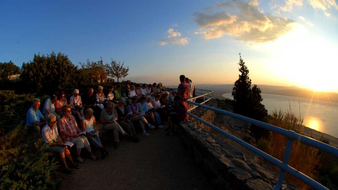 Mit Emmaus-Reisen beim Sonnenuntergang am See Genezareth in Israel.