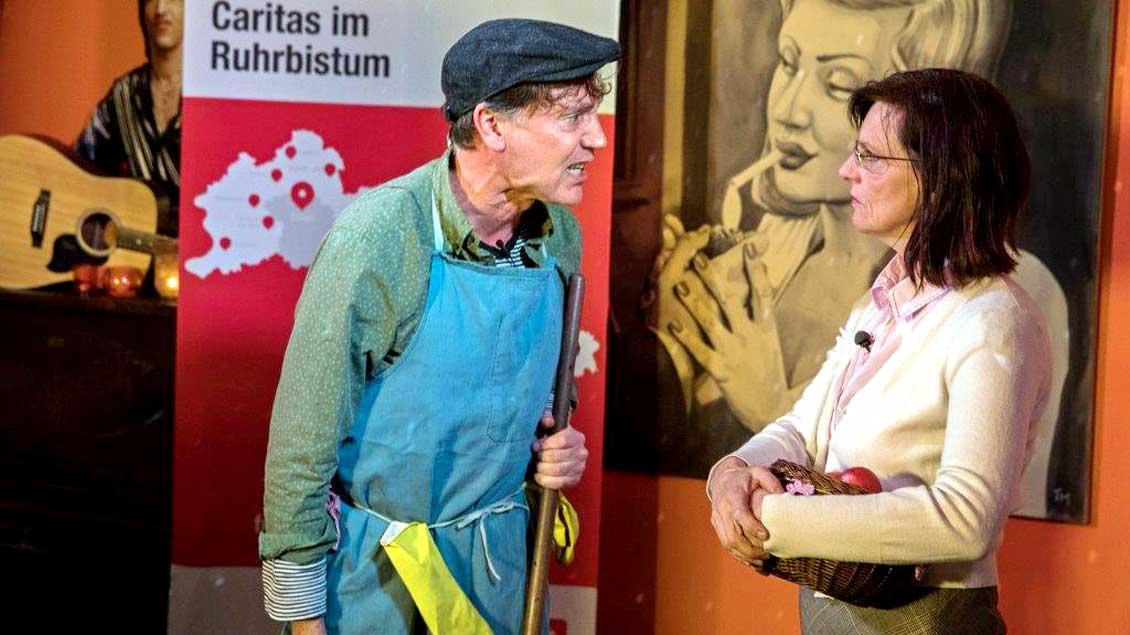 """Herr Schröder mag Ausländer nicht. Er ist mächtig sauer auf Flüchtlinge, die ihre Kippen vor dem Haus wegschmeißen. Frau Mutig kontert - und bleibt gelassen. Schauspielszene einer Auftaktveranstaltung zur Aktion """"Sach wat!"""" mit einer Kneipentour."""