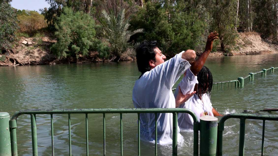 """Bei evangelikalen und orthodoxen Christen beliebte """"Taufstelle Jesu"""" im Jordan bei Yardenit am See Genezareth. Foto: KNA"""