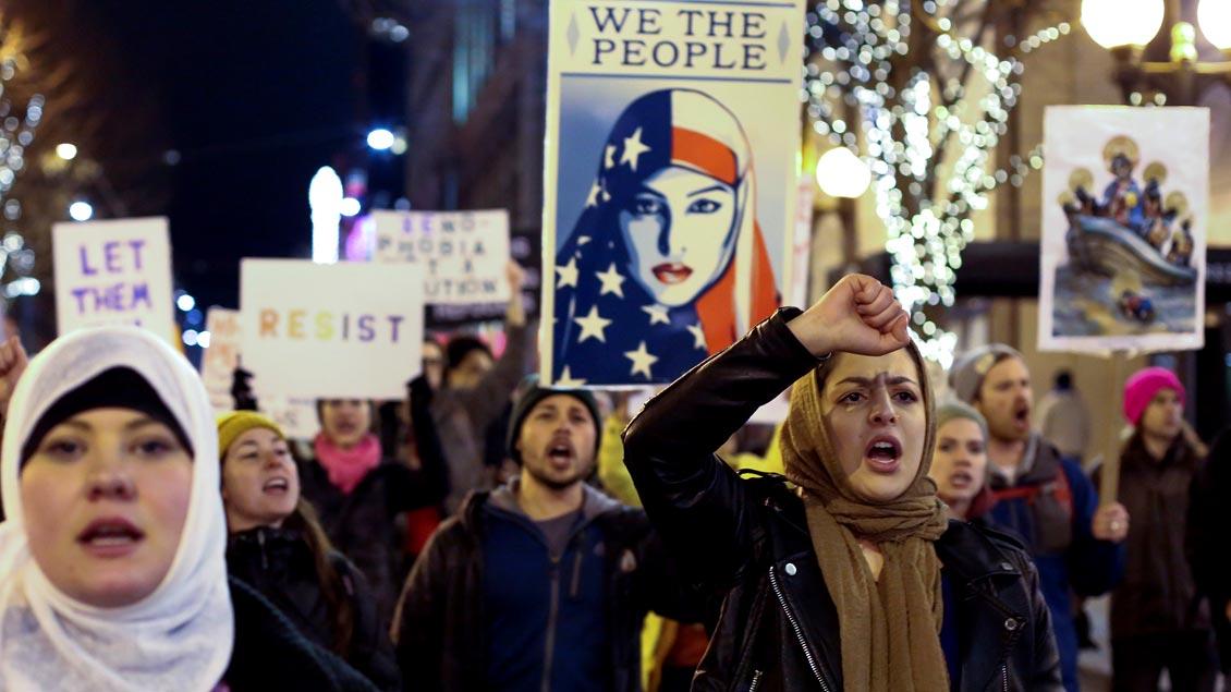 Demonstranten protestieren in Seattle gegen das Einreiseverbot von US-Präsident Donald Trump für Menschen aus sieben vorwiegend muslimischen Ländern in die USA.