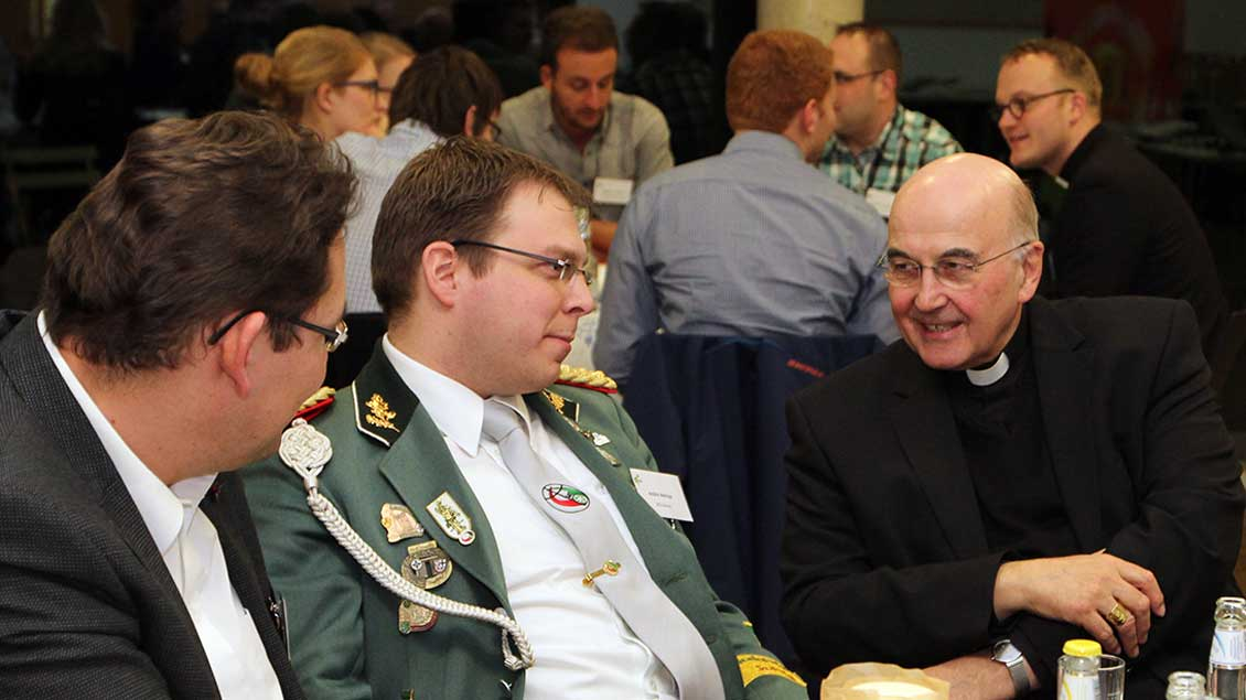 Im Gespräch: Bischof Felix Genn mit Vertretern von Jugendverbänden.