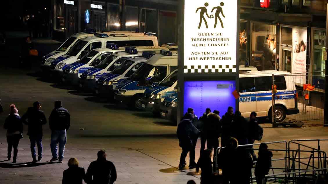 Silvesterabend 2016: Großes Polizeiaufgebot und Warnung vor Kriminalität am Kölner Hauptbahnhof.