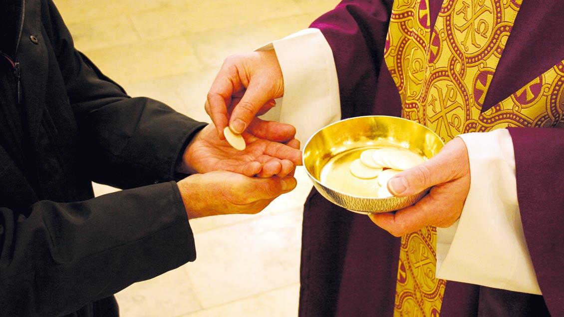 Kommunion auch für wiederverheiratete geschiedene Katholiken? Unter bestimmten Voraussetzung ja, sagen die deutschen Bischöfe. Foto: Norbert Göckener