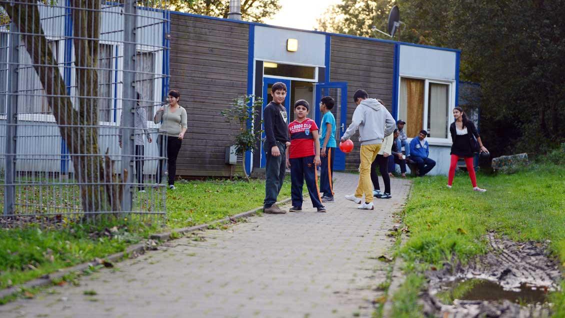 Vor einer Flüchtlingsunterkunft: Die Caritas regt Bewohner-Beiräte für die Einrichtungen an.