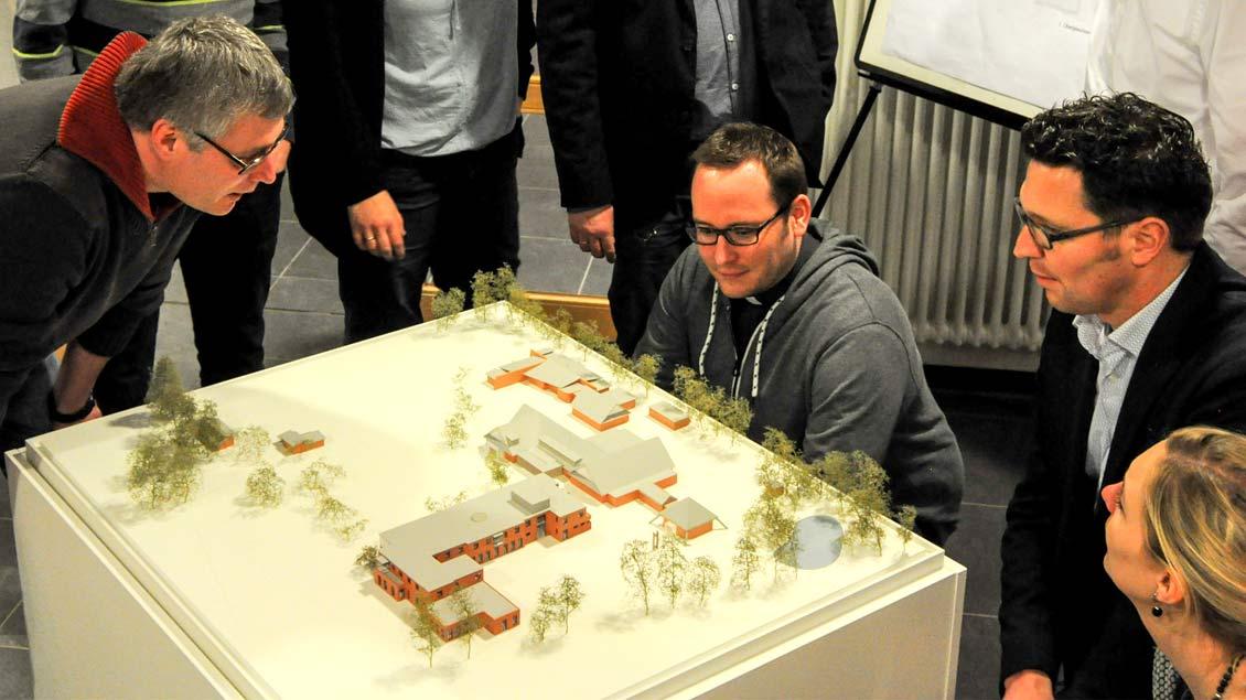Blick auf das Modell des künftigen BDKJ-Jugendhofes. Der Neubau ist unten dargestellt. Foto: BDKJ/Hannes Nieland