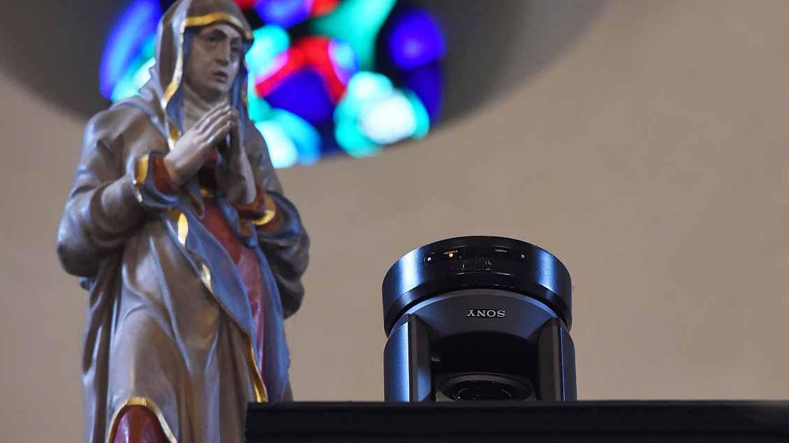 Die Übertragungs-Kameras sind aus ästhetischen Gründen oft versteckt – wie hier im Westchor des St.-Paulus-Doms in Münster. Foto: Bönte