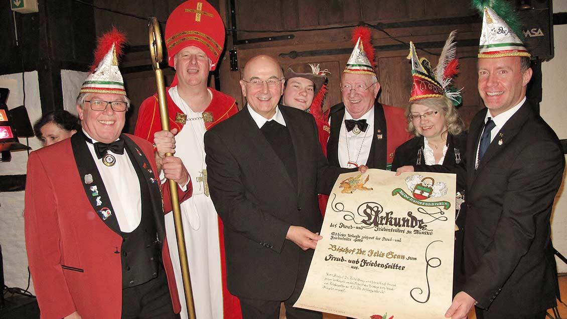 Karnevalorden für Bischof Felix Genn.