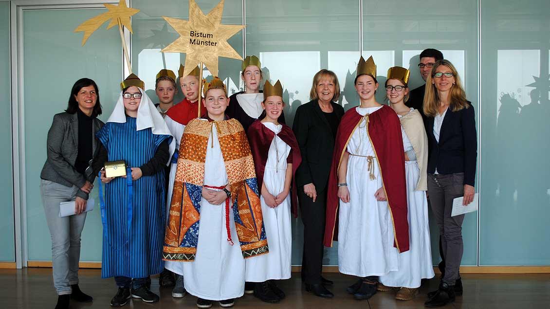 Ministerpräsidentin Hannelore Kraft (fünfte von rechts) mit den Sternsingern aus Ochtrup.