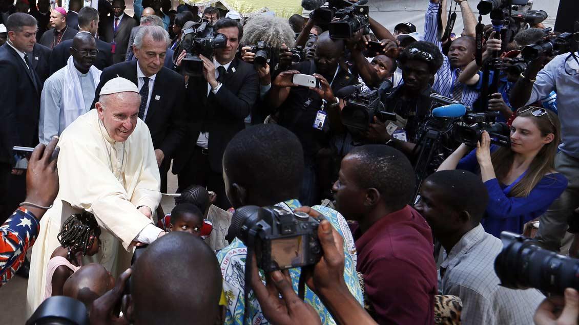 Papst Franziskus umringt von Kamerteams und Fotografen während eines Besuchs 2015 in einem Flüchtlingslager in der zentralafrikanischen Hauptstadt Bangui.