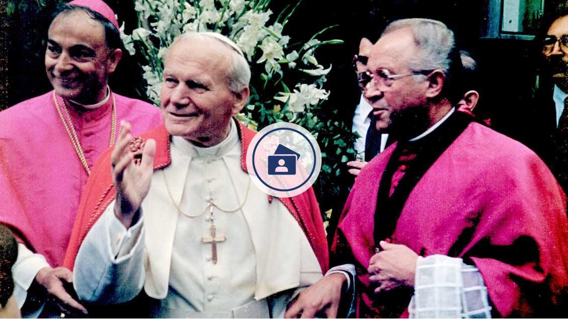 Wallfahrtsleiter Schulte Staade mit Papst Johannes Paul II. und Bischof Reinhard Lettmann.  | Foto: Archiv